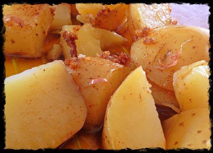 Patatas al ajillo 26 minutos INGREDIENTES 4 raciones: – 600 g. de patatas cortadas en dados – 400 g. de agua – 1 hoja de laurel – sal – 4 dientes de ajo