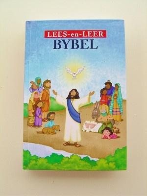 Lees- en Leer Bybel met al die gunsteling Bybelverhale met pragtige volkleurillustrasies, voetnote & merklint. 1983-vertaling beskikbaar in Afrikaans & English.