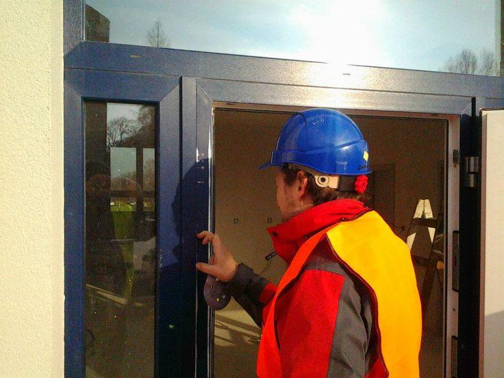 Broušení a tmelení poškozené fólie RENOLIT, #oprava, #dveře, #zárubně, #obložky, #repair, #Instandsetzung, #Reparatur, #okna, #fólie, #Renolit