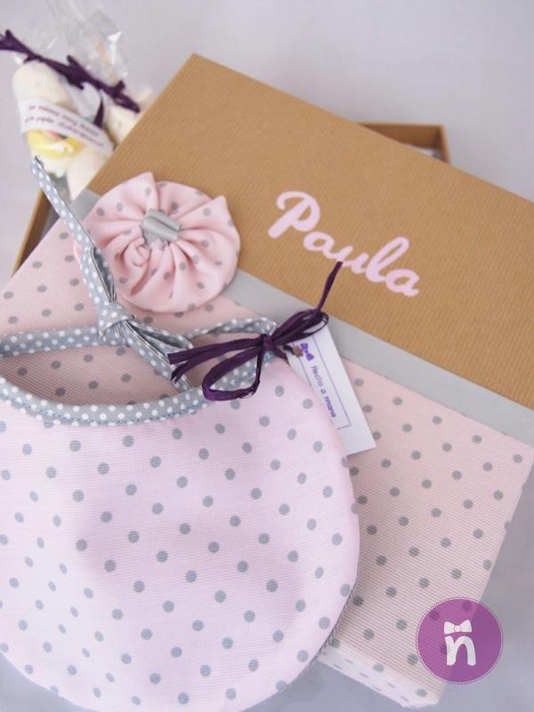 Regalo de bebé personalizado para Paula. Una caja forrada de tela y pintada a mano con un pechito a juego. Sweet, sweet!!