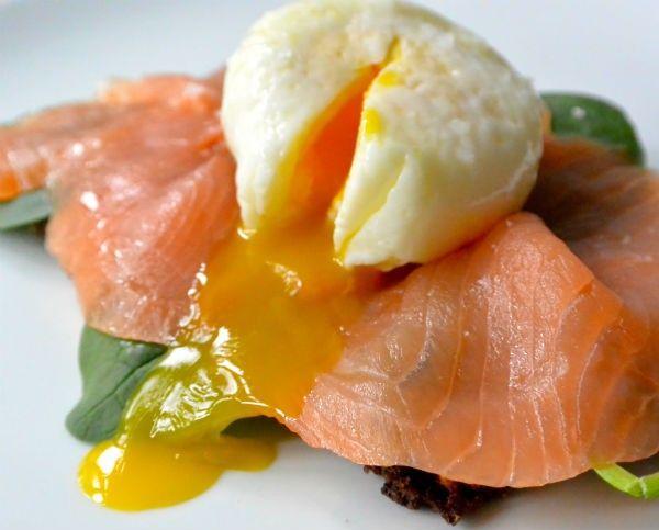 Ontbijt met roggebrood, zalm & gepocheerd ei