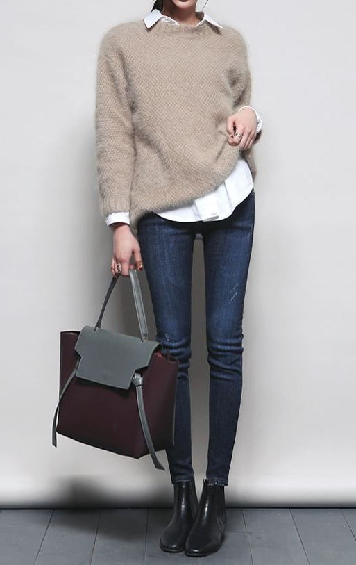 how to style skinny jeans : white shirt + nude pullover + bag + boots
