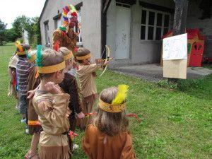 Organisation d'un anniversaire indien ( fabriquer des coiffes puis épreuves pour gagner des plumes et trouver le calumet )