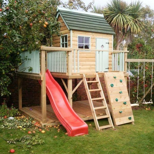 Spielhaus mit Rutsche und Kletterwand