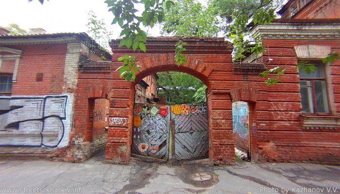 Дом 73 по ул. Чернышевской и старые ворота