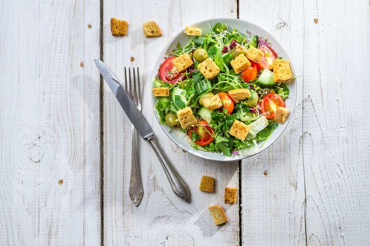 Scopri tante ricette di insalate estive per preparare insalate leggere e ricche di gusto che possono diventare anche secondi leggeri da consumare a dieta.