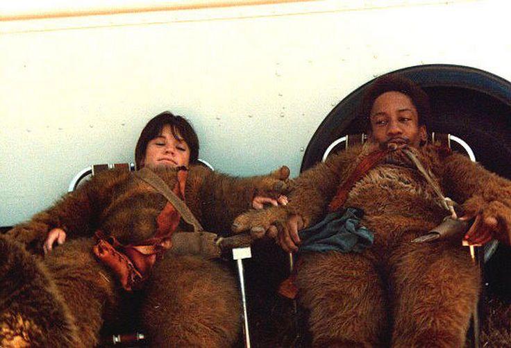 Actores descansando con sus trajes de ewoks.