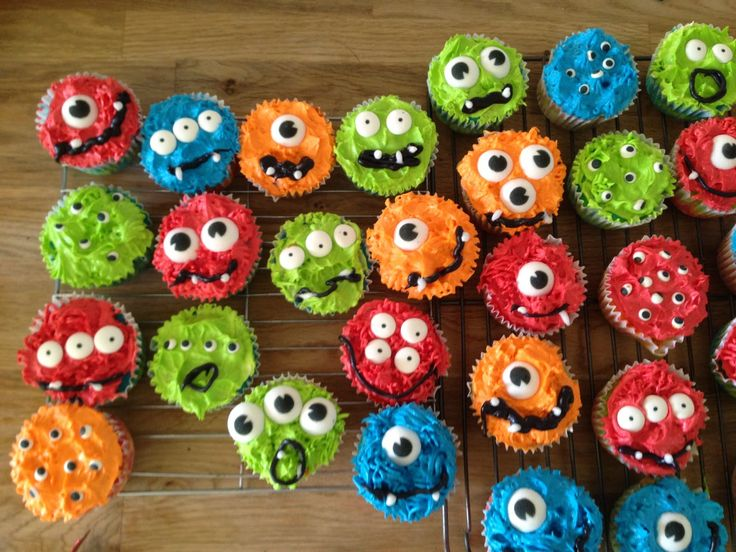 Monster cupcakes with eyeballs, perfect for a first birthday party (boy or girl)