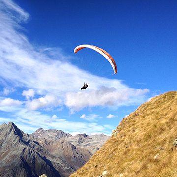 Energia - #Parapendio e #deltaplano - #Valtellina Vivete la natura a contatto con l'aria sperimentando l'ebbrezza del volo. Fare parapendio in Valtellina è un'esperienza entusiasmante.