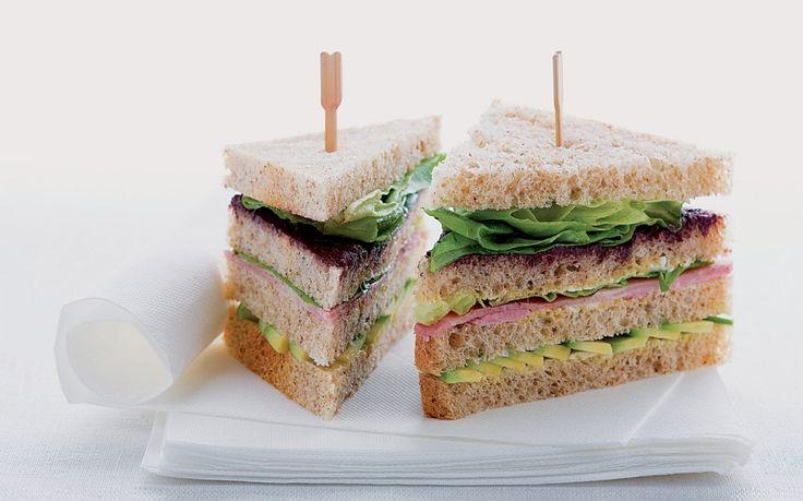 Sandwich al prosciutto cotto, avocado e tapenade ricetta