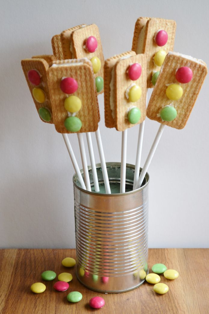 These super little traffic light treats have been created with two plain biscuits sandwiched together with butter cream then decorated with Smarties. A great treat for any Construction or Car Racing  Party