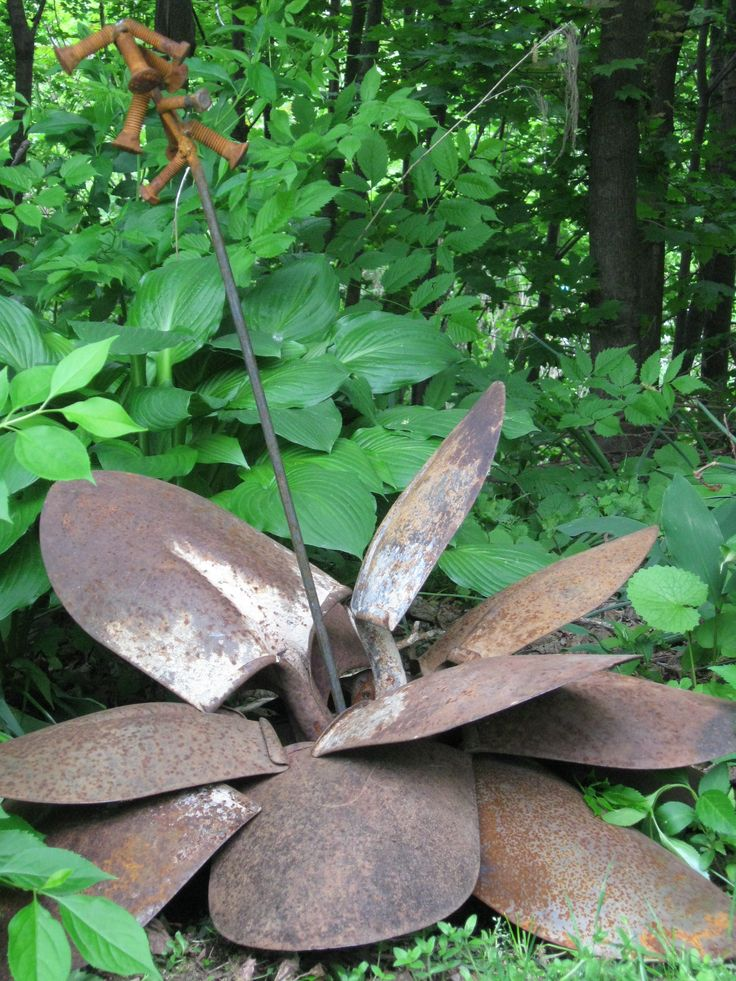 old shovels re purposed into garden art   clever