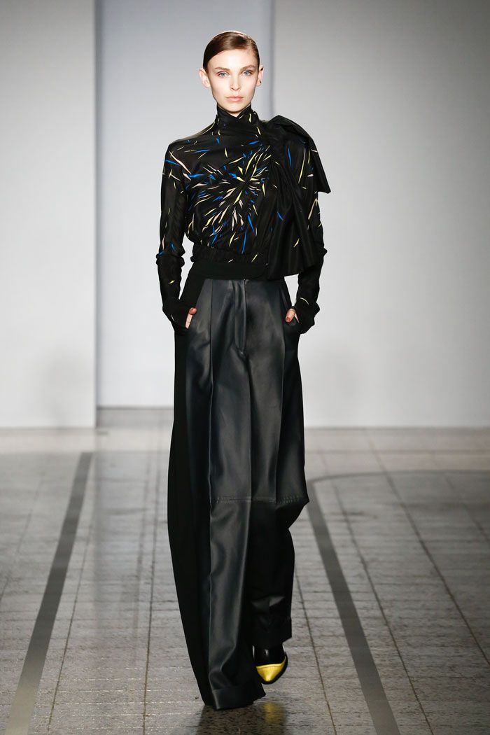Mila Schön - look 32 SCHÖN – Printed silk blouse and trousers in knitted fabric with dark blue leather inserts.