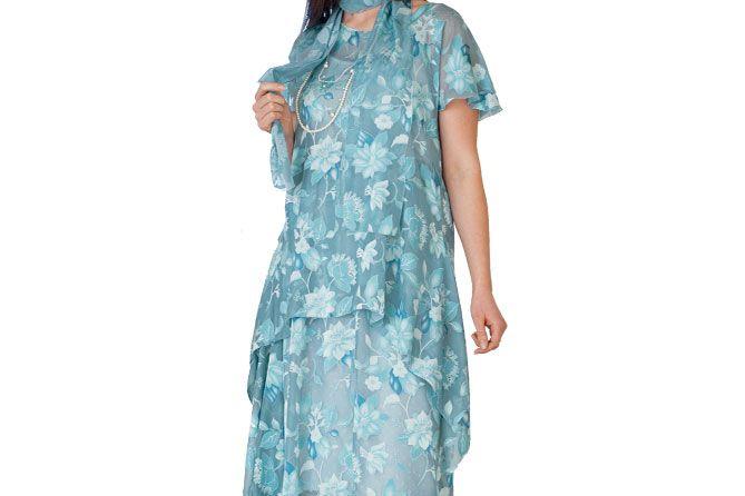 Den søde festlige kjole består af en nederdel med vifteeffekt i siden og en løs bluse med dryppende kanter. Den er nem at sy og meget behagelig at have på.