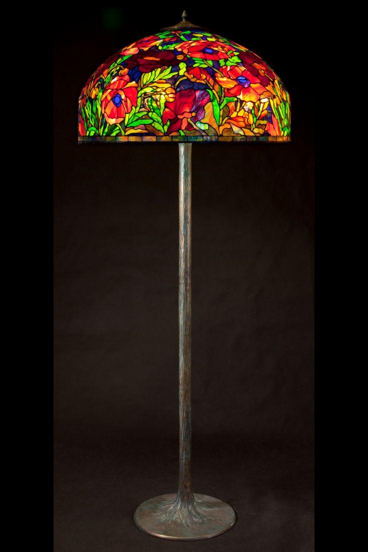 Tiffany vloerlamp Oosterse klaproos. Grote vloerlamp gebrandschilderd glas. Klassieke Tiffany stijl vloerlamp met decoratieve base. door AzaleaLampStudio op Etsy https://www.etsy.com/nl/listing/242104700/tiffany-vloerlamp-oosterse-klaproos
