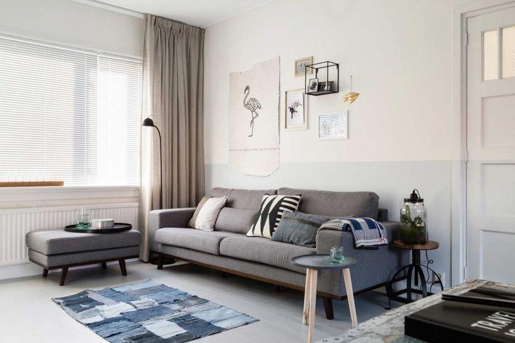 woonkamer-lichtblauwe-lambrisering-grijze-bank