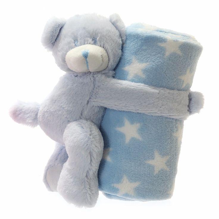 Fleece deken blauwe met witte sterretjes 75 x 75 cm en knuffel beer. Zachte blauwe fleece deken met witte sterretjes inclusief beer met klittenband. De deken is 75 x 75 cm groot en de beer is 20 x 10 cm.