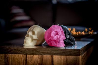 Piękne świece o nietypowych kształtach, to doskonały prezent na każdą okazję.   Prezentowana świeca w kształcie czaszki, na pewno przyciąga wzrok. Może masz kogoś, kto uwielbia takie mroczne klimaty? :)  Te małe dzieła sztuki, drukowane są w drukarce 3D, nie kapią, nie dymią oraz wtapiają się do środka.