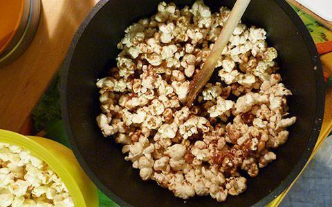 Nussig - schokoladig - lecker: Popcorn in Kombination mit dem beliebten Snickers Schokoriegel. Der Geschmacksknospen-Kollaps ist garantiert!<br />Die Kombination der Erdnüsse und der Schokolade legt einen leicht knusprigen Schokomantel um das Popcorn - da greift man auch gerne zweimal in die Schüssel!