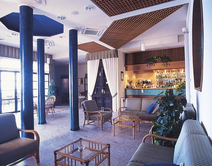La hall e il bar dell'hotel.