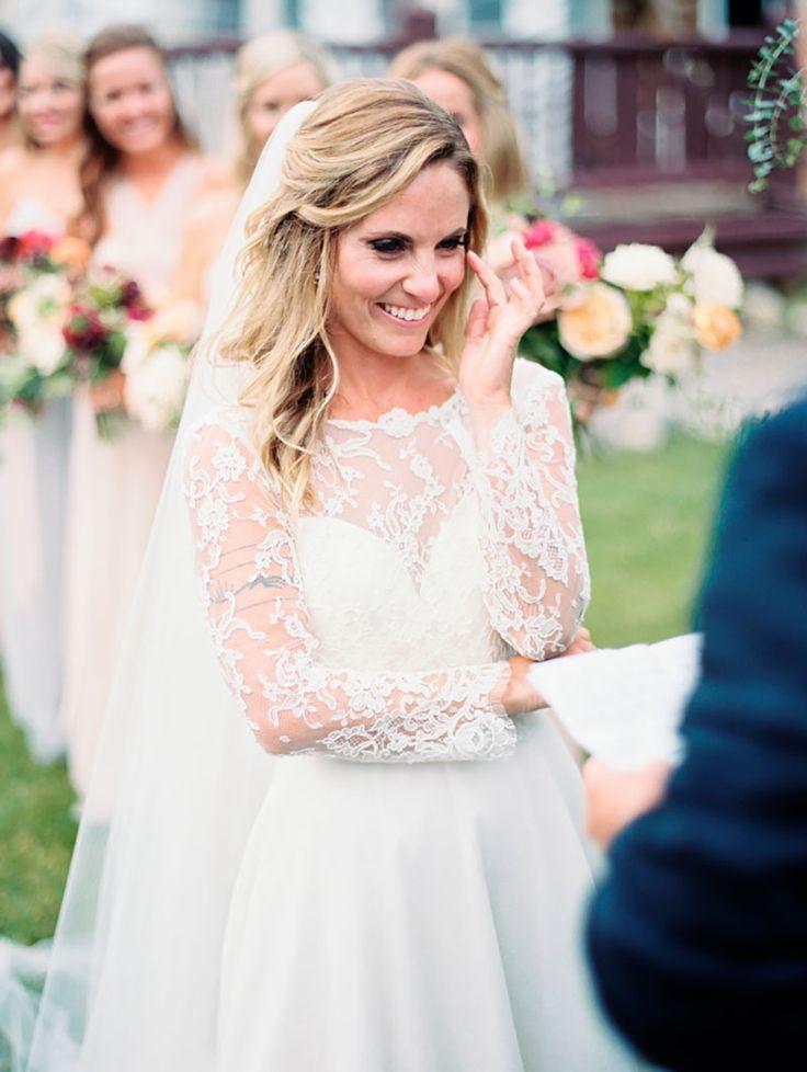 Noiva emocionada com discurso do noivo