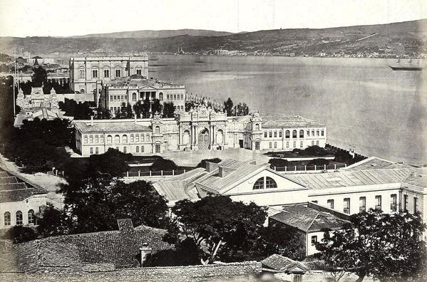Dolmabahçe Sarayı. Ön tarafta günümüze ulaşamayan Saray Tiyatrosu görünüyor.