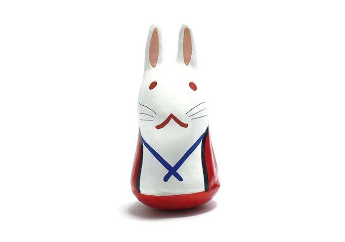 倉吉市を代表する郷土玩具「はこた人形」と共に、備後屋で製作されているのが「因幡の白兎」です。大国主命に助けられた白兎にちなむ起き上がりの張り子で愛嬌たっぷり。