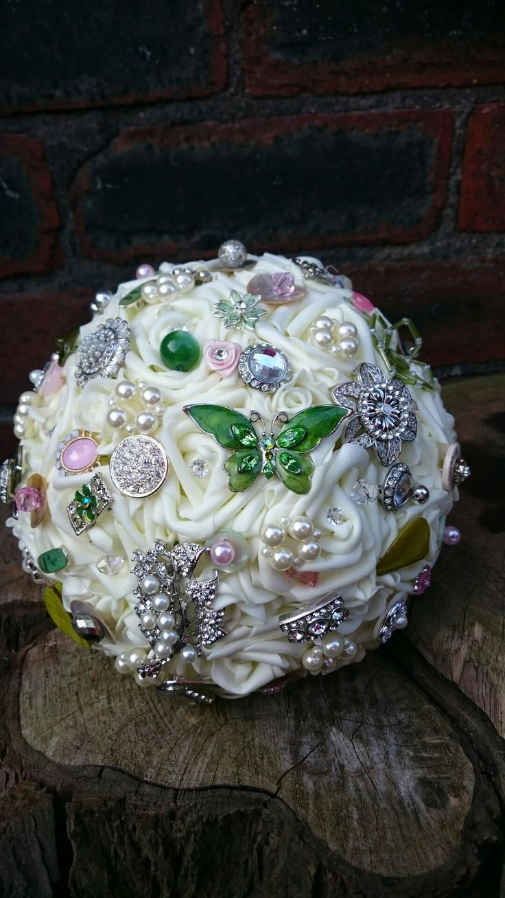 Brides bouquet, with gorgeous big Green butterfly.. www.dawniesweddingbouquets.co.uk.🌸