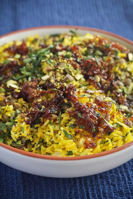 Moudardara - Lebanese rice & lentil dish topped with caramelised onions & saffron #recipe #vegan #gf