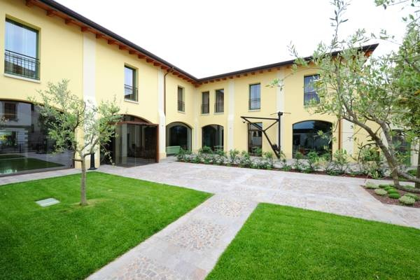 The Ziba Hotel and Spa - Peschiera del Garda ... Garda Lake, Lago di Garda, Gardasee, Lake Garda, Lac de Garde, Gardameer, Gardasøen, Jezioro Garda, Gardské Jezero, אגם גארדה, Озеро Гарда ... Welcome to The Ziba Hotel and Spa Peschiera del Garda, Ziba Hotel  Spa is set just outside Peschiera del Gardas ancient walls. It offers a restaurant with terrace and numerous golf facilities including a putting green and shuttle bus. All guest rooms at th