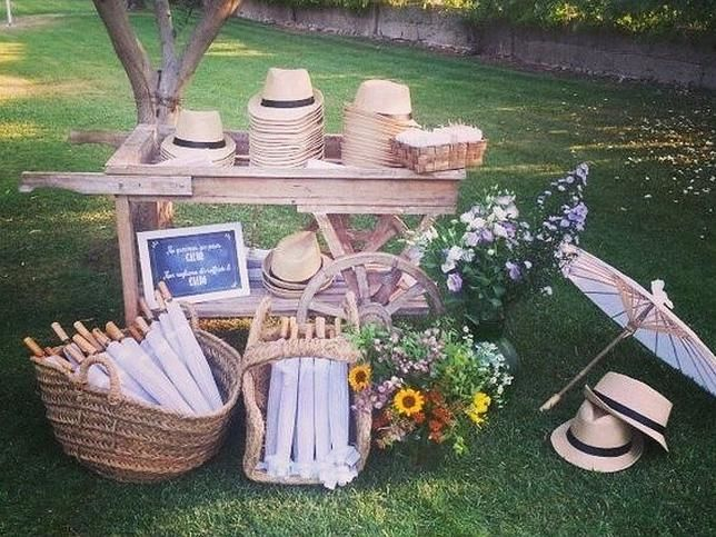 Sombreros y sombrillas para una boda al aire libre