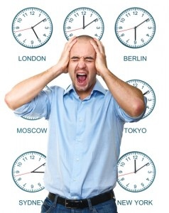 """Vi sentite stanchi, stressati e spossati? Potreste soffrire di sindrome da jet lag. No, non importa se non avete cambiato fuso orario di recente: uno studio dimostra che quasi tutti oggi siamo affetti da una forma di """"jet lag sociale"""", dovuta ai ritmi incalzanti della vita sociale che ci impediscono di assecondare quelli biologici del nostro organismo."""