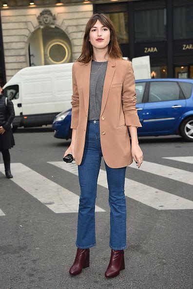 Model Jeanne Damas in einem Look mit Cropped Flare Jeans zur Paris Fashion Week im März 2015. © Photo by Jacopo Raule/GC Images