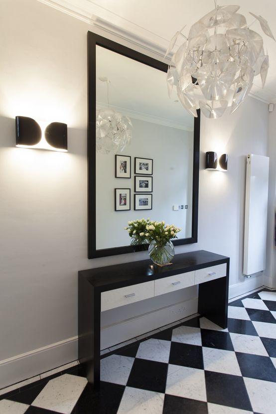 Elegancki korytarz, przedpokój, biało-czarny, kafelki, elegancki korytarz. Zobacz więcej na: https://www.homify.pl/katalogi-inspiracji/14712/jak-dobierac-meble-do-przedpokoju-i-korytarza