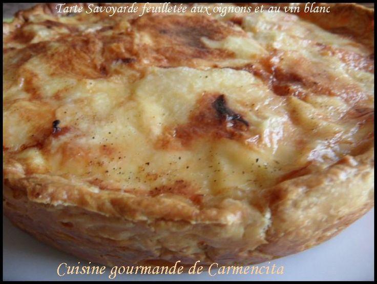 Faire cuire les pommes de terre à la vapeur, les éplucher et les couper en tranches une fois refroidies.Placer la pâte feuilletée dans un plat à tarte beurré, réserver au réfrigérateur.