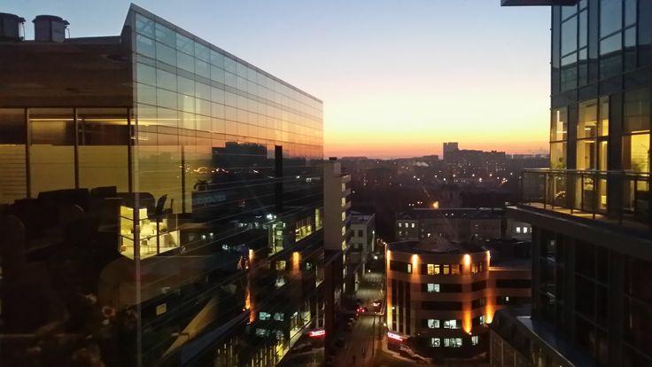 Снимок был сделан 19.11.14на рассвете в7.30. Якак обычно пришел внаш офис наЛетниковской раньше всех. Это был понедельник. Икак видите начало рабочей недели вышло ярким изаряжающим наблагие дела ).