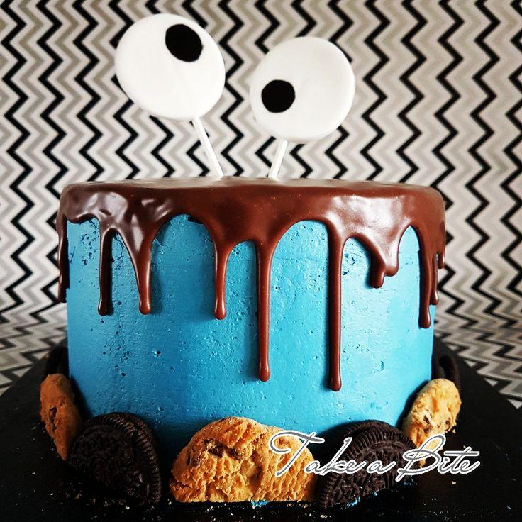 Koekie monster taart. Vanille & koek biscuit met koekjes en room vulling. Afgeameerd met IMBC en een chocolade ganache drip erover en koekjes rondom. De ogen zijn van modelleer fondant. Cookie monster cake. Vanilla & cookie sponge filled with cookies and cream. Coated with IMBC and a chocolate ganache drip. The eyes are made with modelling fondant.  #cookiemonster #cookies #imbc #cookies&cream #vanillasponge