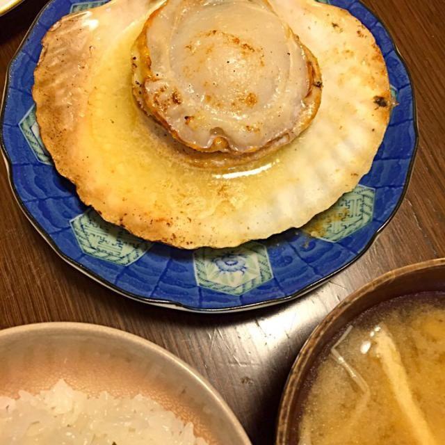 ハハの謎の人脈により お夕飯は豪華ホタテ貝焼き。貴重なバターとお醤油少々 ˚₊*(ˊo̶̶̷̤ .̫ o̴̶̷̤ˋ)*₊˚ - 11件のもぐもぐ - ホタテ貝焼き by Ariwaka