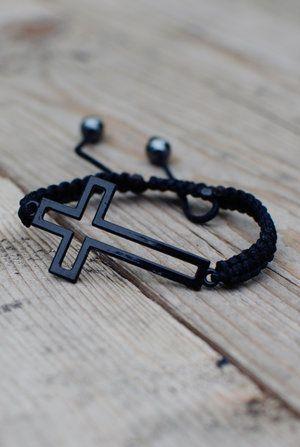 Svart makraméarmband med liggande kors