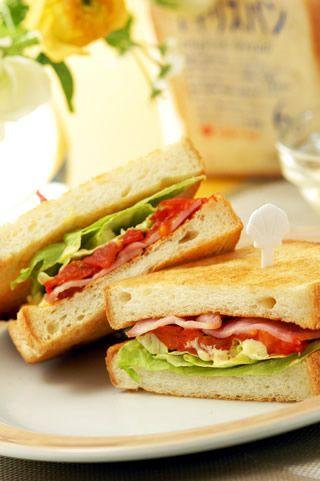 朝ごはんやお昼ごはん、おやつの時間など気軽に食べられるのがサンドイッチ♪定番のBLT(ベーコンレタストマト)やえびアボカドサンドイッチ、おしゃれなバゲットサンドイッチやベーグルサンドイッチなど、おうちで作れるサンドイッチのレシピをまとめました♡イングリッシュマフィンをつかった大流行のエッグベネディクトのレシピも♡