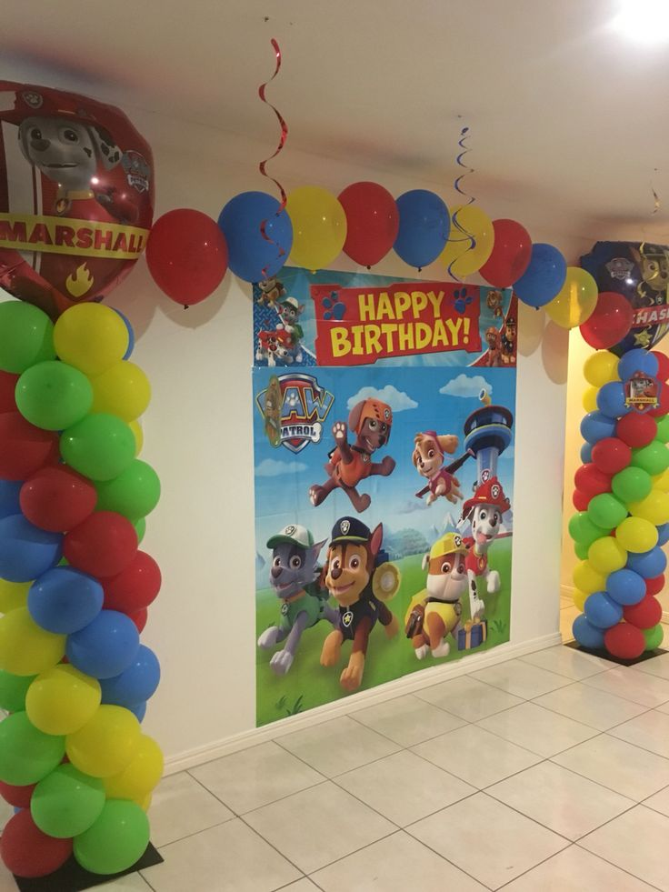 5th Birthday Party Paw Patrol String of Pearl Balloon Arch over a Scene Setter Más