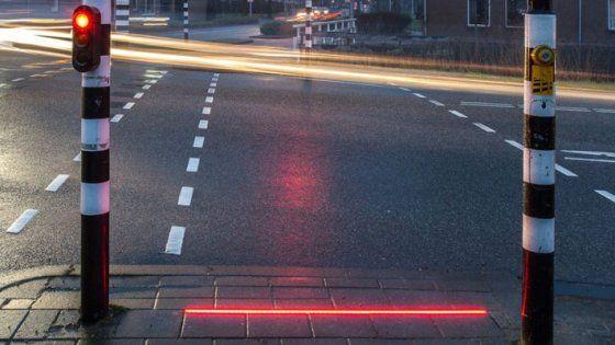 Nella cittadina di Bodegraven al via il progetto +Lightlines, attraversamenti luminosi posizionati a terra e sincronizzati con i semafori, così da essere visibili dai cosiddetti 'smartphone walkers'