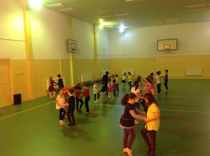 Cursuri de dans sportiv pentru copii luni si joi începând cu ora 19:00 pentru detalii accesati http://www.stop-and-dance.ro/cursuri_dans_pentru_copii.html