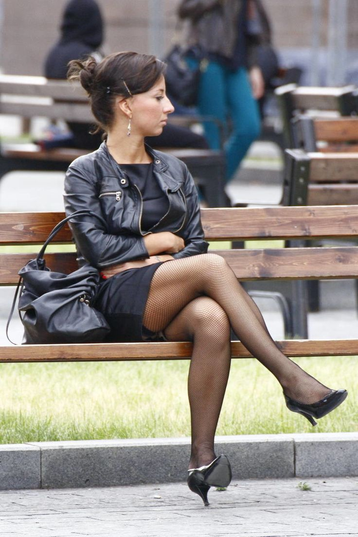 женщины в чулках на улице - 3