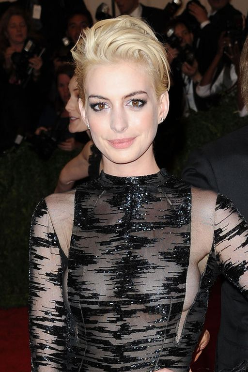Anne Hathaway en blonde platine...