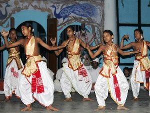 """Hinduistische Mönche bei traditionellem Tanz auf der Fluss-Insel Majuli (Indien). Ein Erwachsener adoptiert ein """"Mönchlein"""" im Alter von etwa sechs Jahren, das er nach bestem Wissen und Gewissen erzieht. Gleichzeitig kümmert er sich um seinen eigenen, alternden """"Vater"""". https://vimeopro.com/medienkontormovie/360-geo-reportage-13/video/128252970"""