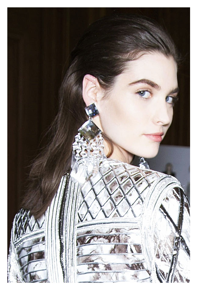 Jesteśmy na półmetku Paris Fashion Week i chociaż przed nami jeszcze całe 3 dni pokazów, już udało nam się zobaczyć parę ciekawych kolekcji. Swoje propozycje zaprezentowały m.in. Balmain, Balenciaga, Dior, Lanvin czy Jean Paul Gaultier. Nasza recenzja na http://soperlage.com/paris-fashion-week-czesc-pierwsza/