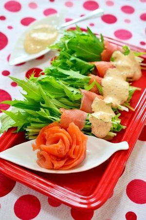 「パーティにお花咲く♪スモークサーモンと水菜のサラダ」春らしい♪おもてなしにピッタリの簡単なサラダです。水菜のシャキシャキと、スモークサーモンがよく合います。粒マスタードソースで大人味に♪簡単なのに美味しいですよ☆【楽天レシピ】