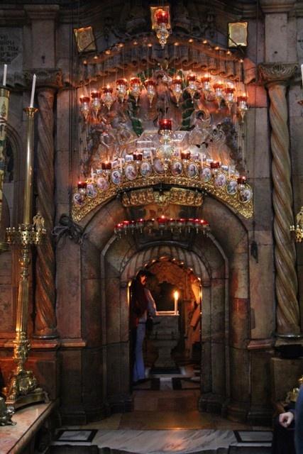 El Edicule en la iglesia del Santo Sepulcro (la tumba de Cristo) en la ciudad amurallada vieja, Jerusalén, Israel