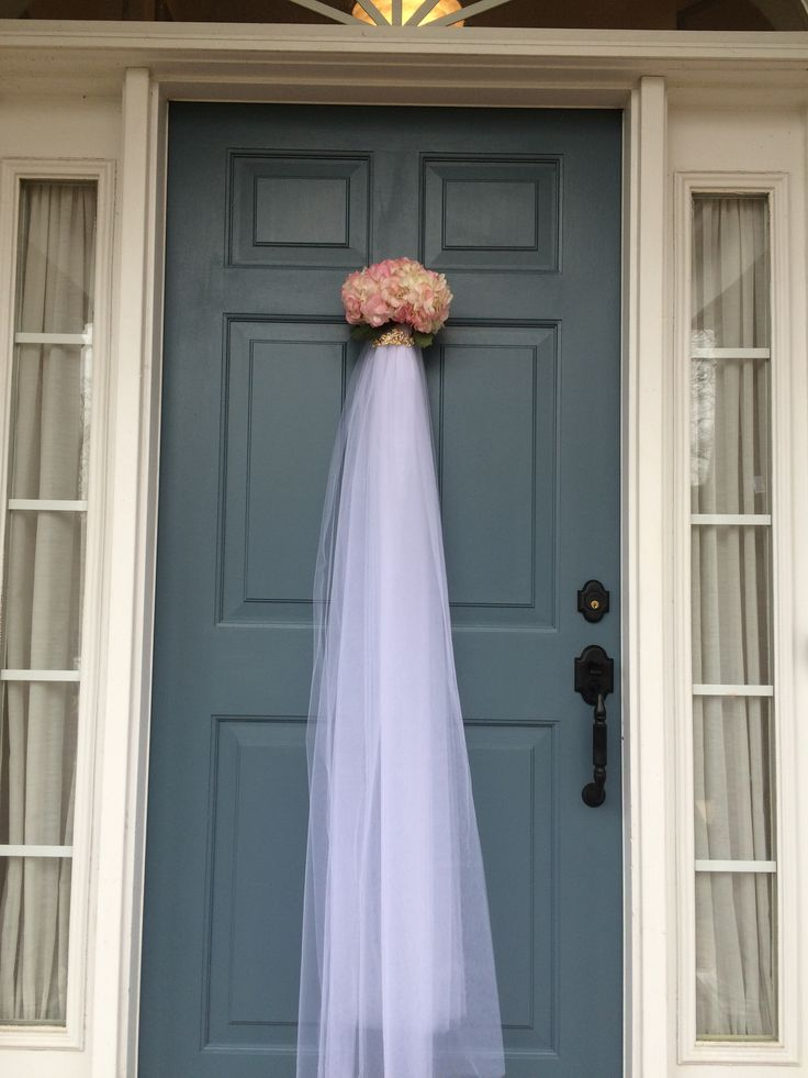 Veil door decoration for a bridal shower! Beautiful welcome for the bride. 4 yards of tulle, bridal hair clip and a real hydrangea blossom.